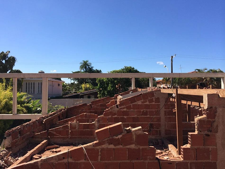 Владелец залил огромный фундамент, но дом не достроил: сейчас участок не узнать