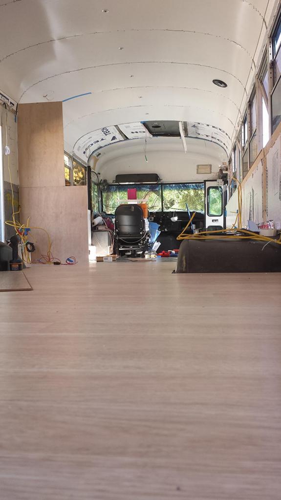 Отец и сын переделали старый автобус в дом, чтобы вместе путешествовать с комфортом
