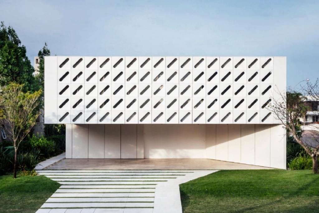 Фасад дома с диагональными разрезами открывается как ставни, свет преломляется, делая атмосферу в доме особенной