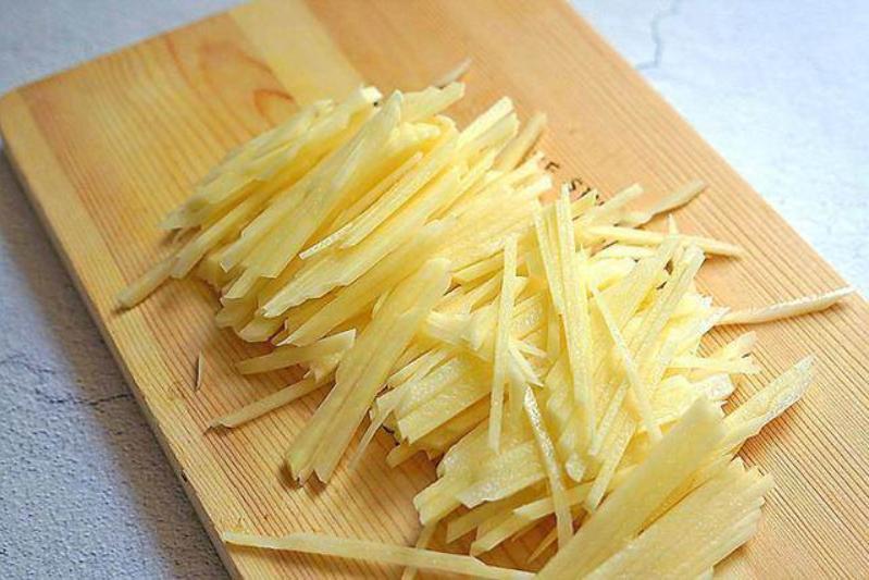 Всю жизнь мыла картошку, нарезала и сразу жарила. Оказывается, это неправильно