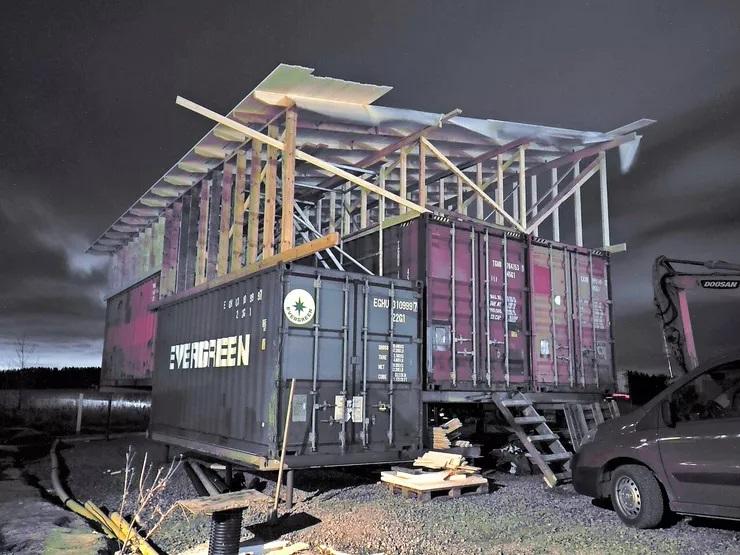 Все смеялись, когда семья начала строить дом из старых контейнеров, но результат превзошел все ожидания (фото)