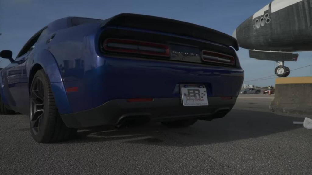 Dodge Challenger: захватывающее видео, как мощный суперкар достигает скорости 326 км/ч