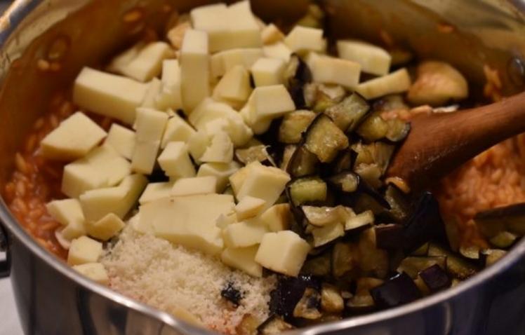 В сезон баклажанов готовлю красивую запеканку: понадобится форма для кекса, а начинка может быть любой