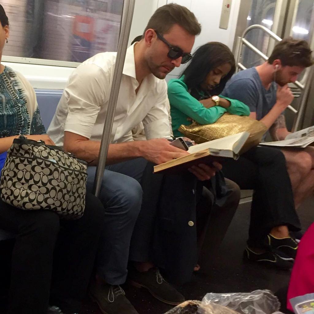 """Это не Библия и не """"Гарри Поттер"""": названы самые популярные книги пассажиров электричек"""