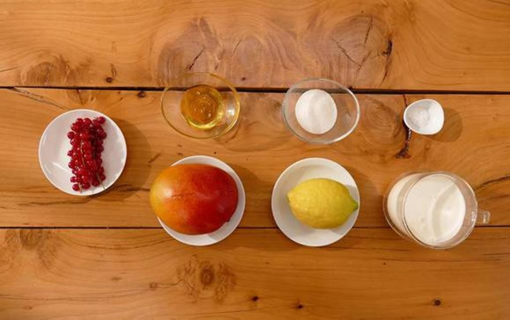 Летом готовлю мороженое из манго со сливочным вкусом (чтобы не образовывались льдинки, добавляю мед)