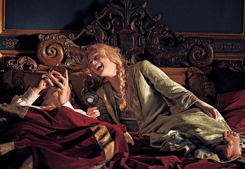 """Эль Фаннинг поделилась впечатлениями от съемок сериала """"Великая"""", где она играет Екатерину Великую: актриса считает нормальным отсутствие исторической достоверности"""