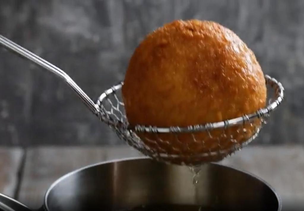 Из замороженных кубиков болоньезе и ризотто на овощном бульоне леплю шарики и обжариваю в панировке: подаю с томатным соусом и тертым сыром