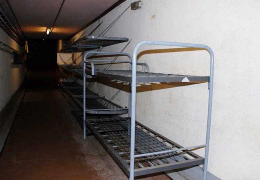 Такой простенький неприметный домик снаружи, зато в подвале помещалось 600 человек: история секретного бункера
