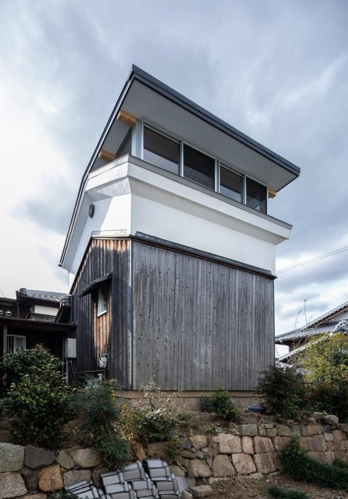 Архитекторы превратили небольшой склад в жилое помещение: каждый этаж состоит из одной комнаты без перегородок