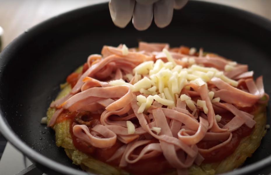Подруга научила готовить ароматную пиццу из картошки, для которой не нужна ни мука, ни духовка: делюсь рецептом