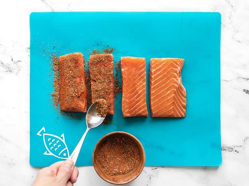 Рыбу люблю только в жареном виде. Добавляю к лососю много специй, а на гарнир готовлю пикантный кабачок