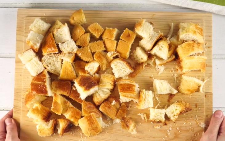 Нарезаю остатки хлеба и готовлю со сливочным соусом в мультиварке: рецепт