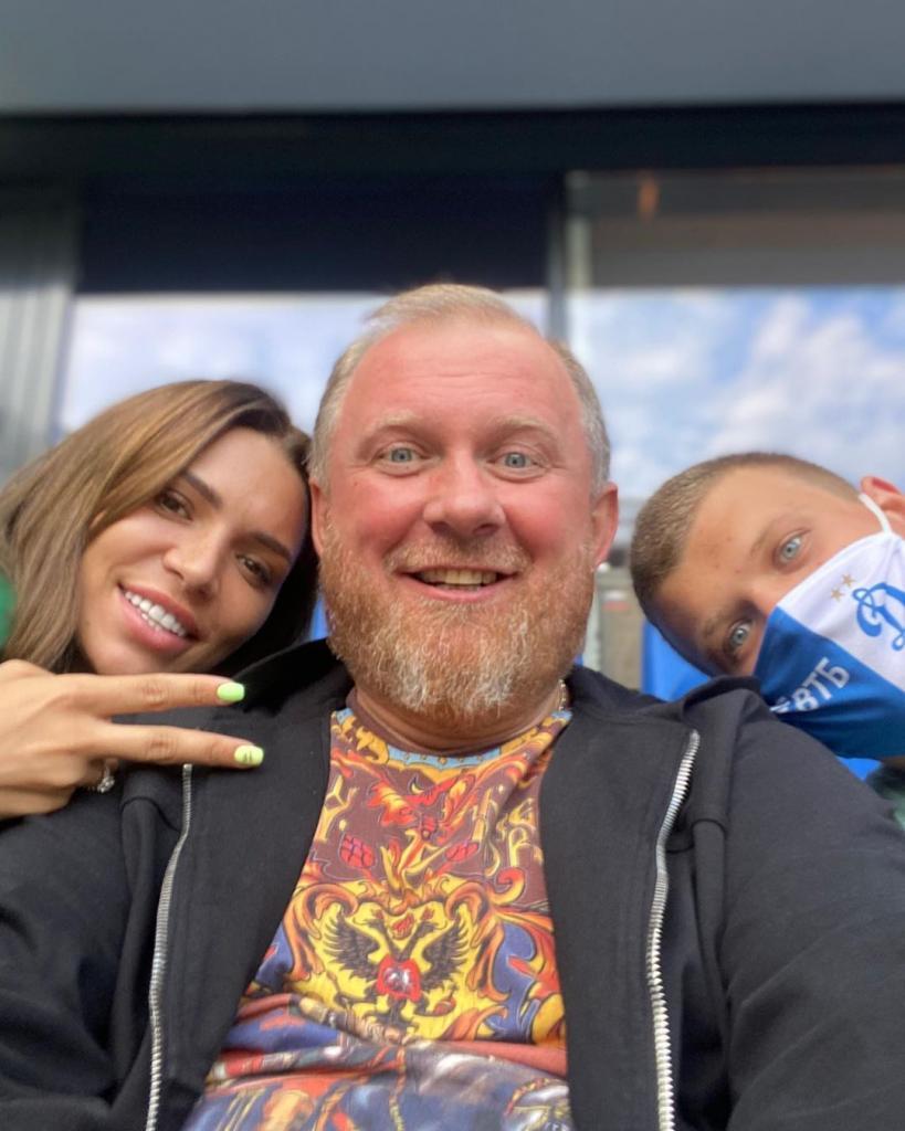 Счастливый Константин Ивлев сходил на футбольный матч вместе с молодой невестой и сыном (фото)