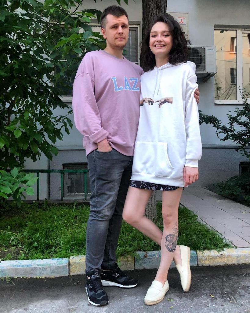 «Стыдно просить деньги у родителей»: дочь Кончаловского и Толкалиной перенесла свадьбу из-за проблем с финансами