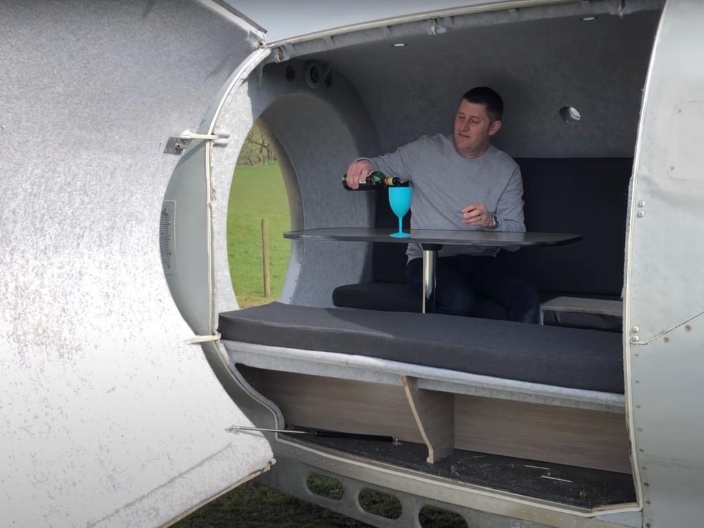 Когда руки из правильного места: англичанин превратил самолетный двигатель в туристический прицеп