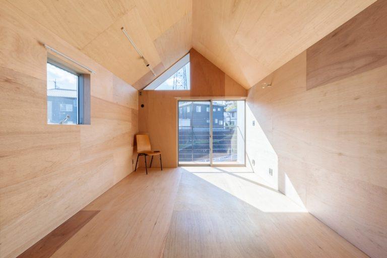 Дизайнеры оригинально расширили жилплощадь, достроив еще один уровень дома: выглядит так, как будто огромный контейнер поставили на крышу здания