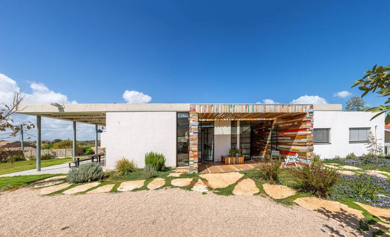 Соберем разноцветные обрезки дерева и обошьем ими стены: уникальный дом в Израиле, яркий дизайн которого бросается в глаза