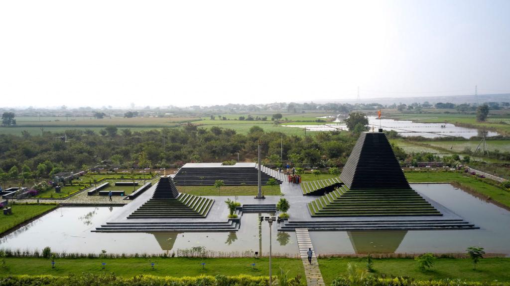 На этот раз дизайнеры взялись не за квартиры и дома. Они построили храм в Индии и выглядит он так, как будто ему уже 1000 лет