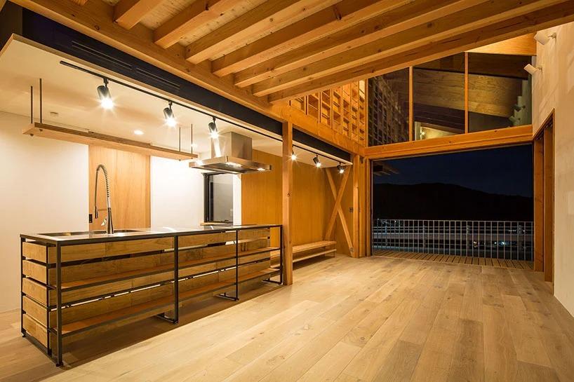 """Архитекторы создали стену в форме огромной книжной полки для поддержания естественной циркуляции в доме: очень """"тонкое"""" решение, учитывая близость моря"""