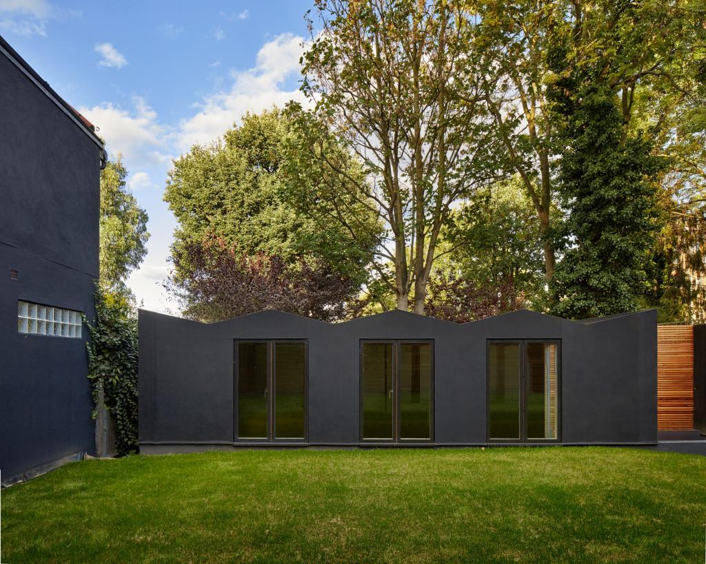 Владельцы попросили дизайнеров сделать пристройку к их старому дому и отремонтировать его. Теперь у них не только лишние квадратные метры, но и современное жилье