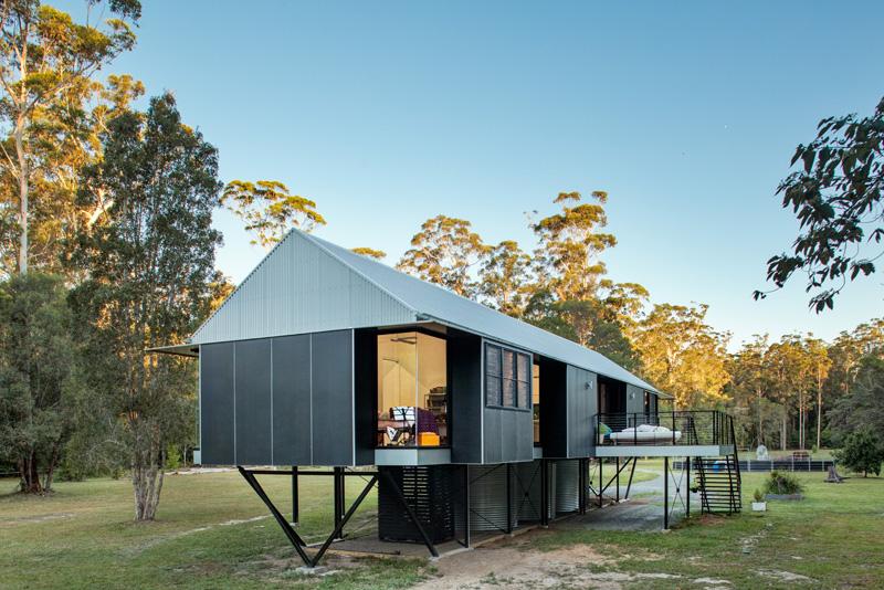 Архитекторы слегка приподняли дом, чтобы защитить его от наводнений. Пространство под жилищем также не пропадает зря - там установлены резервуары для дождевой воды