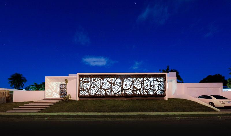 При ремонте дома в Пуэрто-Рико дизайнеры решили добавить на окно декоративный экран из стали: от солнца защищает, но и взгляды прохожих притягивает
