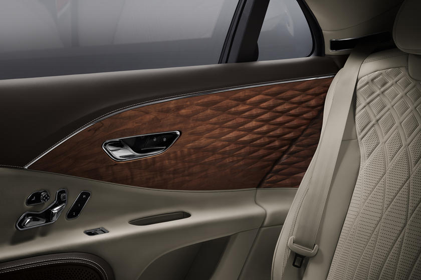 Завоевать рынок ультрароскоши: Bentley представил Flying Spur с 3D-панелями из дерева