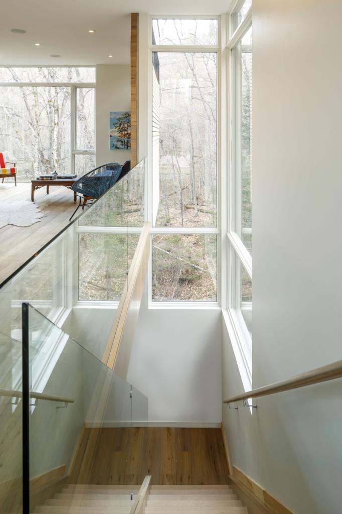 Архитекторы построили в глухом лесу современный дом, часть которого свисает над обрывом: жить в таком одновременно и романтично, и страшновато
