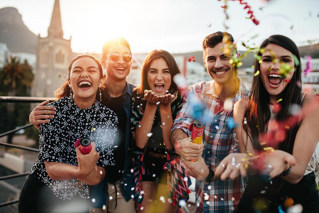 Картинка на празднике с людьми