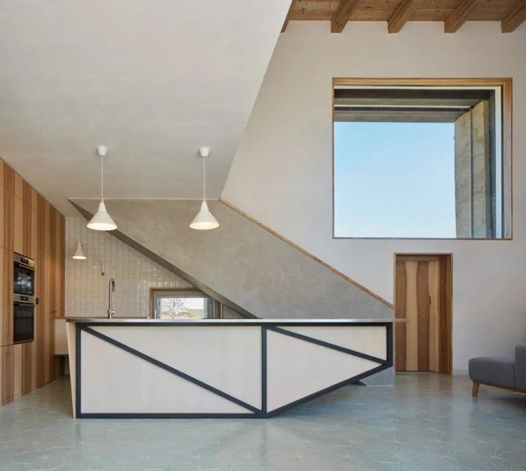 От старой усадьбы в Чехии остались только кирпичная коробка и крыша. Архитекторы решили не сносить здание, а создать внутри него современный дом