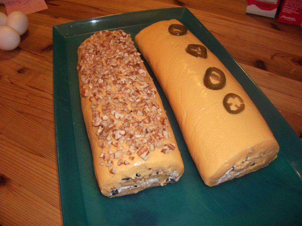 """Мягкий сыр тонко раскатываю, кладу слой """"Филадельфии"""", а затем начинку: получается очень вкусный и быстрый рулет"""