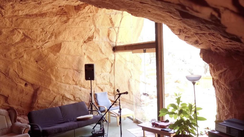 Мужчина вырезал себе дом в пещере. Как он выглядит внутри (фото)
