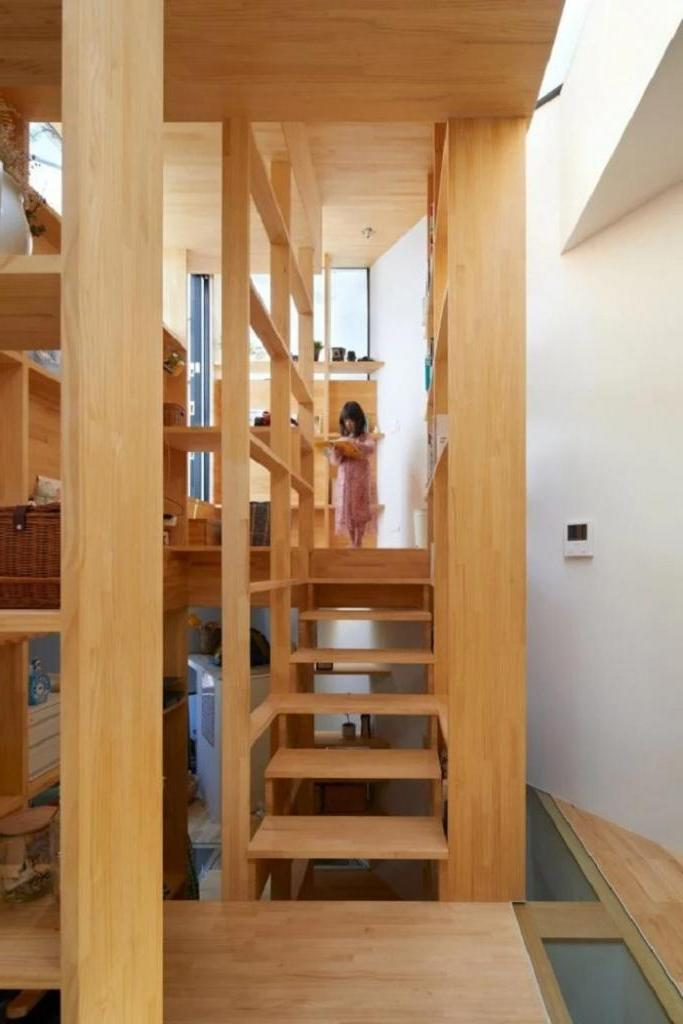 Архитекторы построили узкий дом шириной всего 3,74 метра: центральное место отведено полке-лестнице, по которой и по этажам можно подняться, и вещи хранить (фото)