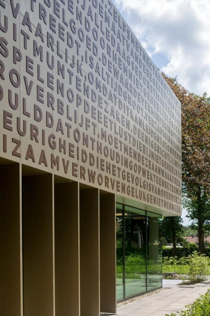 Архитекторы превратили старую типографию в многофункциональное здание: теперь внутри и ресторан, и архив, и офисные помещения (фото)