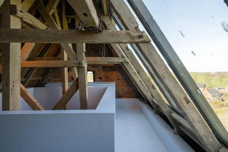 Дизайнеры построили простые, но стильные лестницы внутри средневековой церкви в Нидерландах. Подъем и спуск по ним - это своего рода путешествие вокруг 8 религиозных праздников