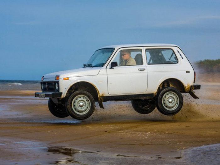 Советские автомобили были просты, некрасивы, практически неуничтожимы и популярны на рынке: лучший пример – «Лада-Нива»
