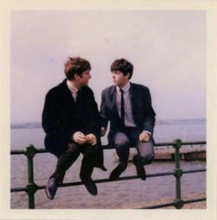 """Опубликованы редкие фото """"Битлз"""": музыканты отдыхают на ливерпульской набережной"""