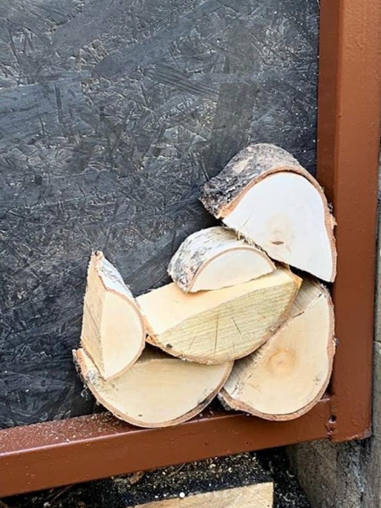 Хозяин задекорировал сарай под поленницу, чем ввел соседей в заблуждение: фото