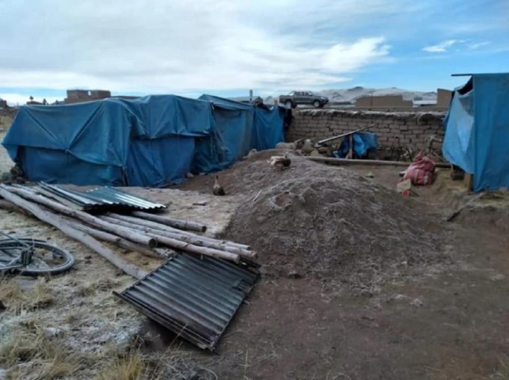 Соседи смастерили для матери-одиночки и ее 6 детей небольшой домик. До этого они жили в палатке