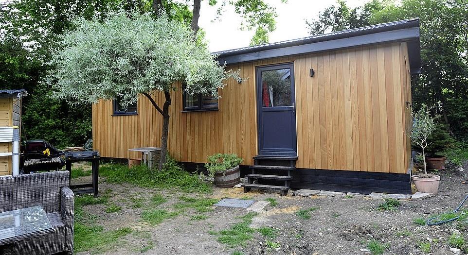 Семья жила в маленьком вагончике и строила дом: каким получилось жилище (фото)