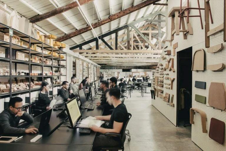 Дизайн-фирма переоборудовала сама для себя склад 1950-х годов в просторную мастерскую: выглядит он так, будто спецслужбы организовали внутри офис