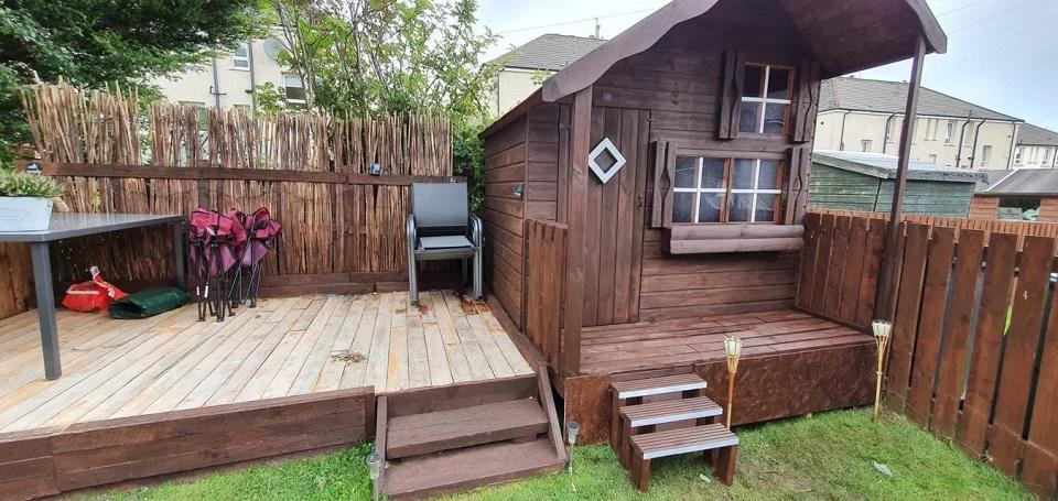 Старый сарай давно сгнил. Тогда папа решил превратить его в игровой домик для своих дочек: результат потрясающий (фото)