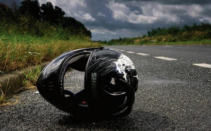 Недавно ехала за рулем и увидела мотоциклетный шлем, лежащий на дороге: муж объяснил, что в таком случае нужно немедленно остановиться