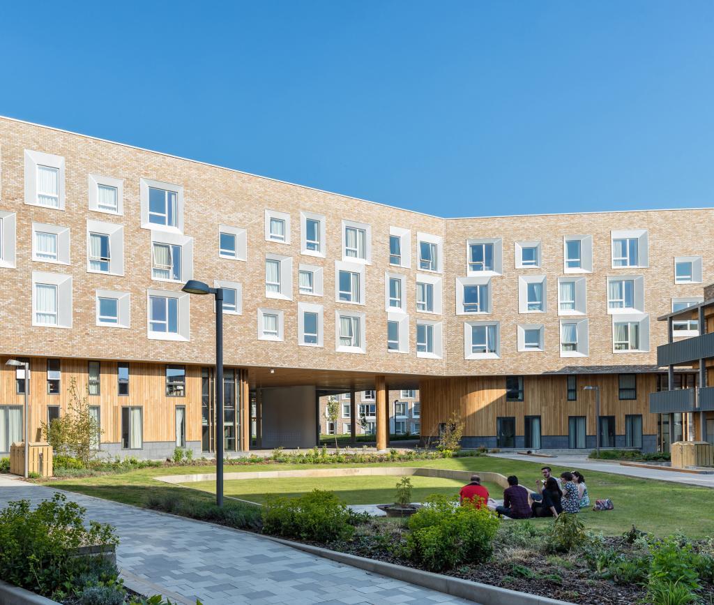 Дубовая облицовка, желтый кирпич и хаотично разбросанные окна: как дизайнеры отремонтировали студенческий городок Кембриджа (фото)