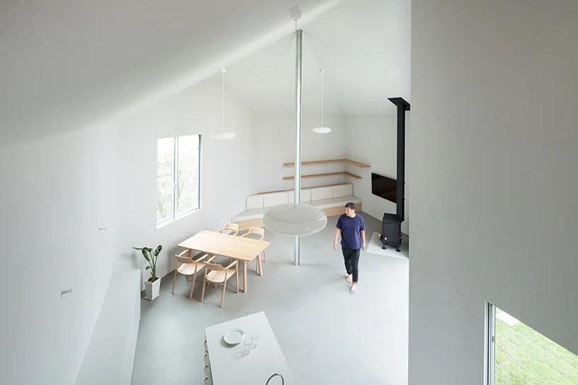 """Молодая семья попросила архитекторов построить им """"одно большое пространство и одну маленькую спальню"""": как профессионалы справились с задачей"""