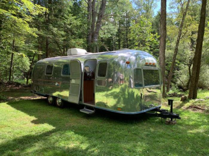 """Муж и жена превращают старые фургоны в современные дома и называют их в честь знаменитых женщин: их новый шедевр """"Роберта"""" (фото)"""