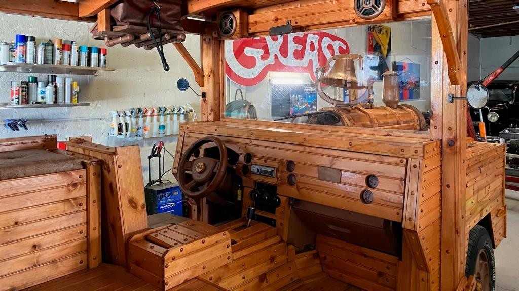 Под этим деревянным «паровозом» со встроенным грилем скрывается мощный Jeep Commander