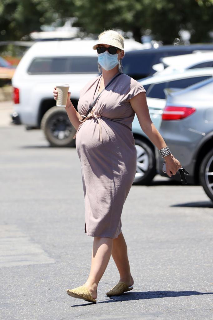 Необычная вещь для беременных: биоразлагаемое платье Кэти Перри