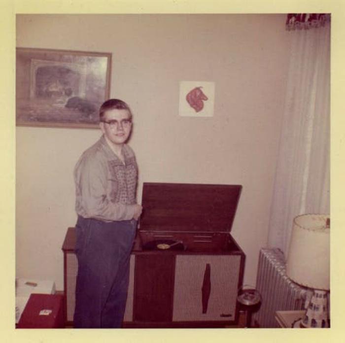 В 1960 проигрыватель был не только техникой, но еще и модным аксессуаром, с которым часто фотографировались (фото)
