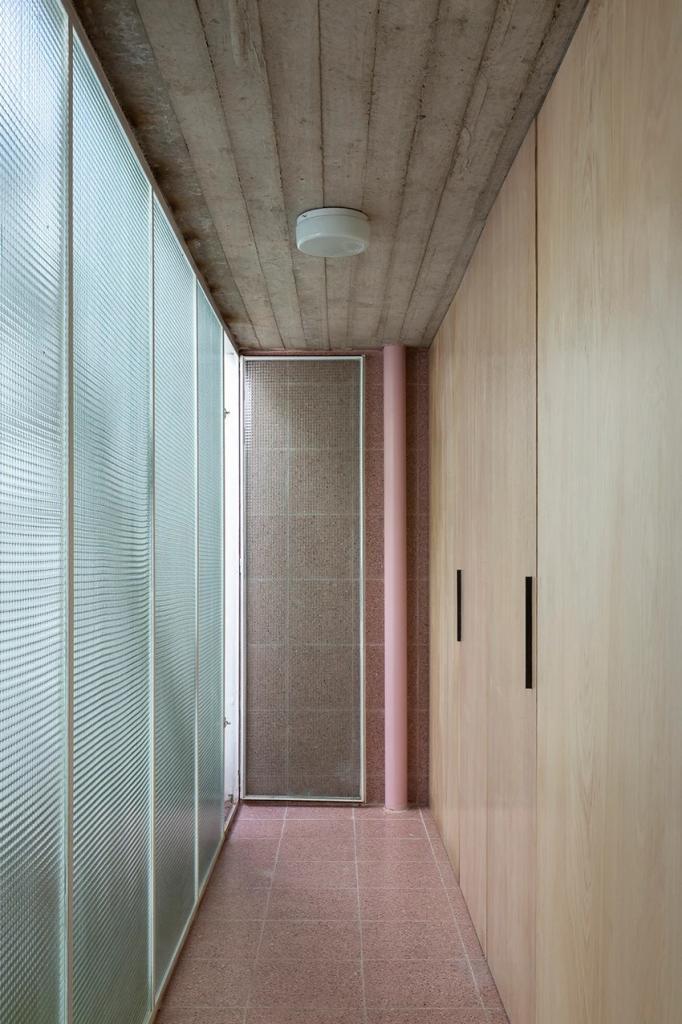 Стеклянные потолки и место для турниров по пинг-понгу: дизайнерская студия превратила здание стоматологической мастерской в свой новый офис